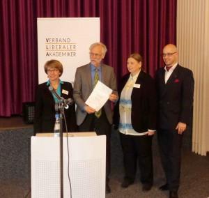 VLA-Präses Brigitte Bremer, Dr. Burkhard Luber als Vertreter der Preisträger der Kiron University, Laudatorin und Mitglied der Arno-Esch-Preis-Jury und Alexander Bagus, Vize-Präses des VLA.