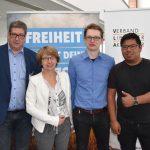 """Verleihung des Preises """"Liberale Studentengruppe des Jahres"""" 2017 in Gummersbach: Jury-Vorsitzender Steffen Glöckler, VLA-Präses Brigitte Bremer, Felix Engelhardt (LHG Aachen), LHG-Bundesvorsitzender Johannes Dallheimer (v.l.n.r.)"""